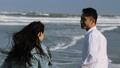 カップル 海辺 波打ち際の動画 29650597