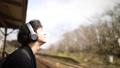 ヘッドフォンで音楽を聴く外国人男性 29753153