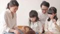 動画素材 ペットと遊ぶ家族 30011944