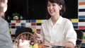 人物 女性 カフェの動画 30050958
