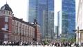 東京駅前 通勤 6月 丸の内 朝 群衆 街並ワイド ズームアウト 30100479