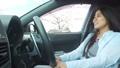 桜並木をドライブする若い女性 30125251