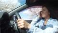 桜並木をドライブする若い女性 30125252