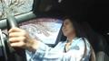 桜並木をドライブする若い女性 30125254