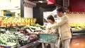 スーパーで買い物をするシニアの夫婦 30970775