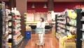 スーパーで買い物をするシニアの女性 30971077