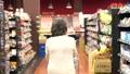 スーパーで買い物をするシニアの女性 30971078