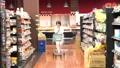 スーパーで買い物をするシニアの女性 30971079