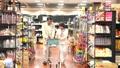 スーパーで買い物をするシニアの夫婦 30971219