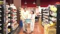 スーパーで買い物をするシニアの夫婦 30971220