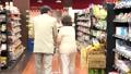 スーパーで買い物をするシニアの夫婦 30971221