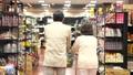 スーパーで買い物をするシニアの夫婦 30971222