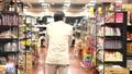 スーパーで買い物をするシニアの男性 30971276