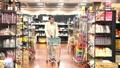 スーパーで買い物をするシニアの男性 30971277