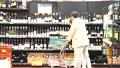 スーパーで買い物をするシニアの夫婦 30971424