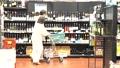 スーパーで買い物をするシニアの夫婦 30971425