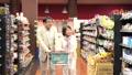 スーパーで買い物をするシニアの夫婦 30971507