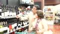 ワインを選ぶシニアの夫婦 30971789
