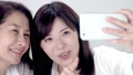 ビューティーイメージ スマホを操作する母と娘 スローモーション 31053294