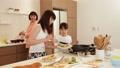 人物 親子 キッチンの動画 31103477