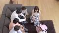 動画素材 家族の団欒 三世代 ライフスタイル 俯瞰 31368051
