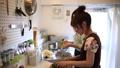 料理 女性 キッチンの動画 31435902