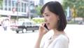 渋谷駅前でスマホで通話をする女性 31459879
