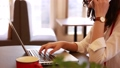 パソコン入力する女性 31483607