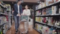 休日に買い物をする若い夫婦 31562506