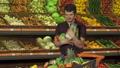 スーパーマーケット 人物 買い物の動画 31579835
