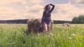 女性 草 草原の動画 31633658