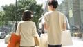 表参道でデートをするカップルの後ろ姿 32014890