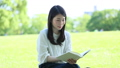 読書をする女性 32182064
