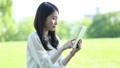 タブレットを操作する女性 32182066