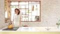 お洒落なキッチンで作業する女性 32444453