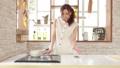 お洒落なキッチンで作業する女性 32445229