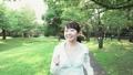 若い女性 新緑の中をウオーキングする スローモーション 32485959
