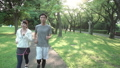 ファミリーイメージ 若い夫婦 新緑の中をウオーキングする スローモーション 32486052