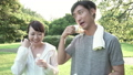 ファミリーイメージ 若い夫婦 新緑の中で水を飲む スローモーション 32486160