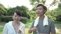 ファミリーイメージ 若い夫婦 新緑の中で水を飲む スローモーション 32486162