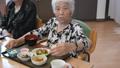 介護イメージ 介護 シニア 高齢者 女性 90代 デイケア デイサービス 介助 介護士 食事 32500692