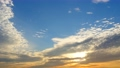 夕暮れ間近の雲の流れ  32709619
