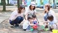 ママ友 公園 砂場の動画 32850376