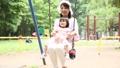 公園 子供 親子の動画 32856412