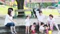 ママ友 母親 育児 水遊び  32857943