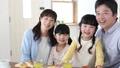 家族 食事 ミドル夫婦 子供 朝食 食卓 イメージ 32867933