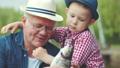 男児 おじいさん 釣りの動画 32906533
