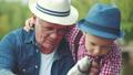 男児 おじいさん 釣りの動画 32906565