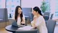 女性 ビジネスウーマン ノートパソコンの動画 33000270