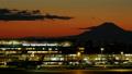 富士山と羽田空港 国際線ターミナル 東京タイムラプス 夕焼けから夜景 長時間撮影 ズームイン 33024750